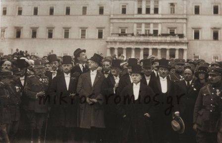 2)Η Κυβέρνηση Παπαναστασίου μπροστά από τα Παλαιά Ανάκτορα κατά τον εορτασμό της 25ης Μαρτίου 1924, που συνέπεσε με την Ανακήρυξη της Δημοκρατίας. Εικονίζονται από αριστερά προς τα δεξιά οι Γ. Κονδύλης, Α. Παπαναστασίου, Α. Χατζηκυριάκος, Π. Αραβαντινός, Κ. Σταμούλης, Γ. Ησαΐας, Α Μπακάλμπασης, Σπ. Μελάς (διευθυντής της εφημερίδας «Δημοκρατία»). Στη δεύτερη σειρά διακρίνονται οι Ι. Λυμπερόπουλος, Α. Μητσοτάκης, Δ. Πάζης.