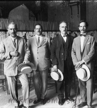 Ο Νικόλαος Λάβδας με μέλη της Αθηναϊκής Μαντολινάτας.