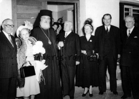 Στους ραδιοθαλάμους του Ζαππείου, μετά τον πόλεμο, ο Αρχιεπίσκοπος Δαμασκηνός με ξένους πρέσβεις και τις συζύγους τους (Αμερικής, Αγγλίας, Καναδά και Τουρκίας) μετά από εκπομπή αφιερωμένη στα Ηνωμένα Έθνη.