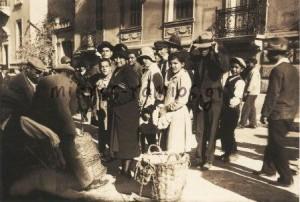 Λαϊκή αγορά στην οδό Αναγνωστοπούλου στο Κολωνάκι, στα μέσα της δεκαετίας 1930.